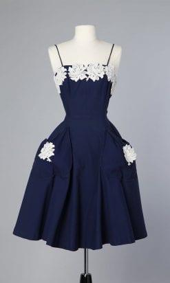 n102_robe_1950_en_coton_bleu_et_fleurs_en_dentelle_appliquees_pic006