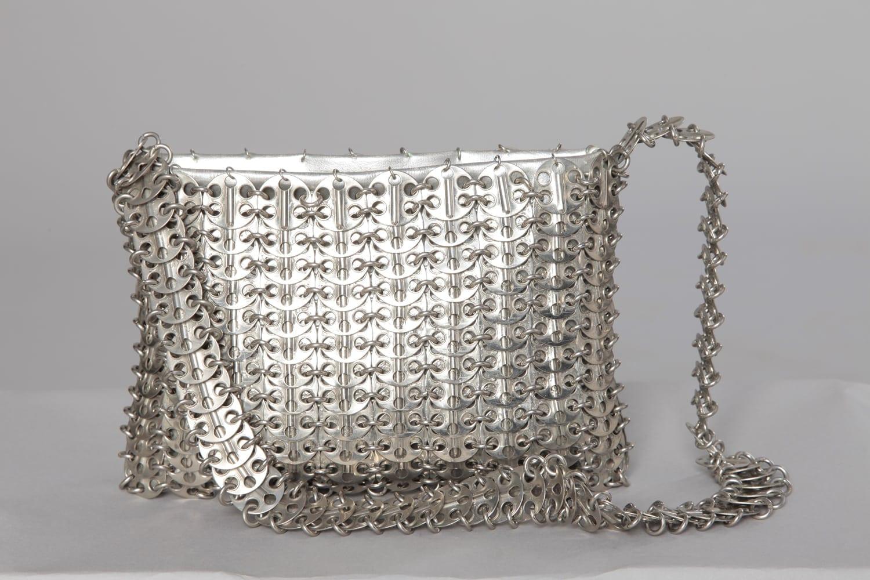 sac en cuir argenté recouvert de pastilles de métal Griffé Paco Rabanne