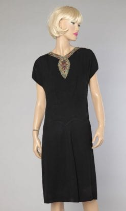 n1092_robe_crepe_noir_col_plastron_brodes_perles_strass_1960_1970_pic001