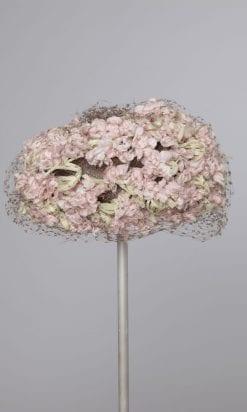 n2110_chapeau_fleurs_roses_et_tiges_vertes_et_voilette_1950_pic001