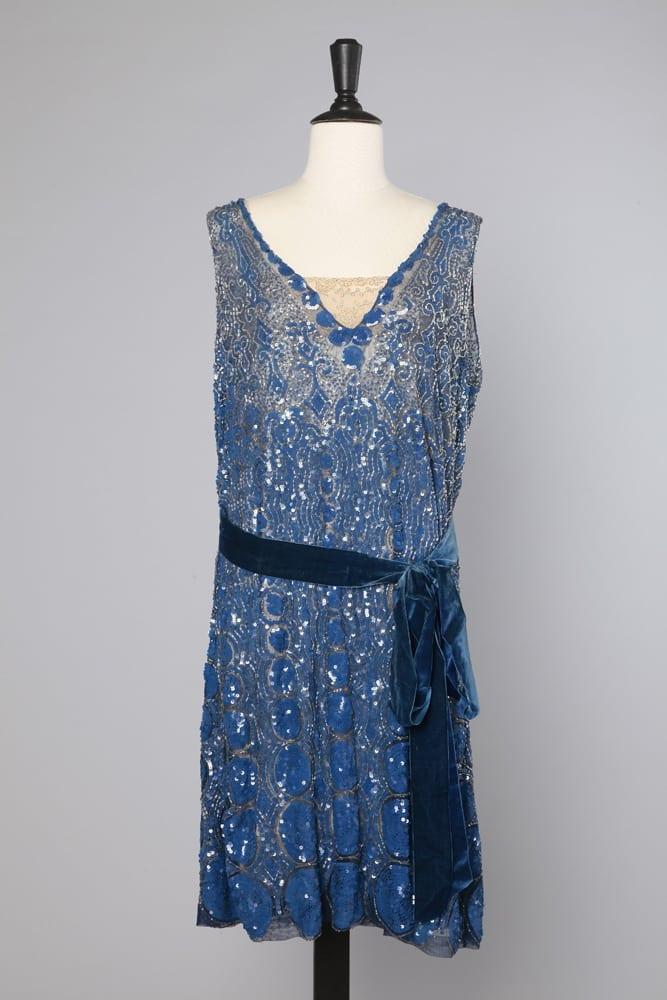 674d1309cc2 Robe 1920 en tulle noir brodée de paillettes bleues et perles argentées -  Chez Sarah