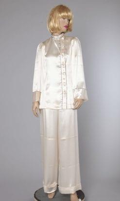 n2392_pyjama_en_satin_blanc_1940_et_liseret_noir_taille38_taille40_pic001