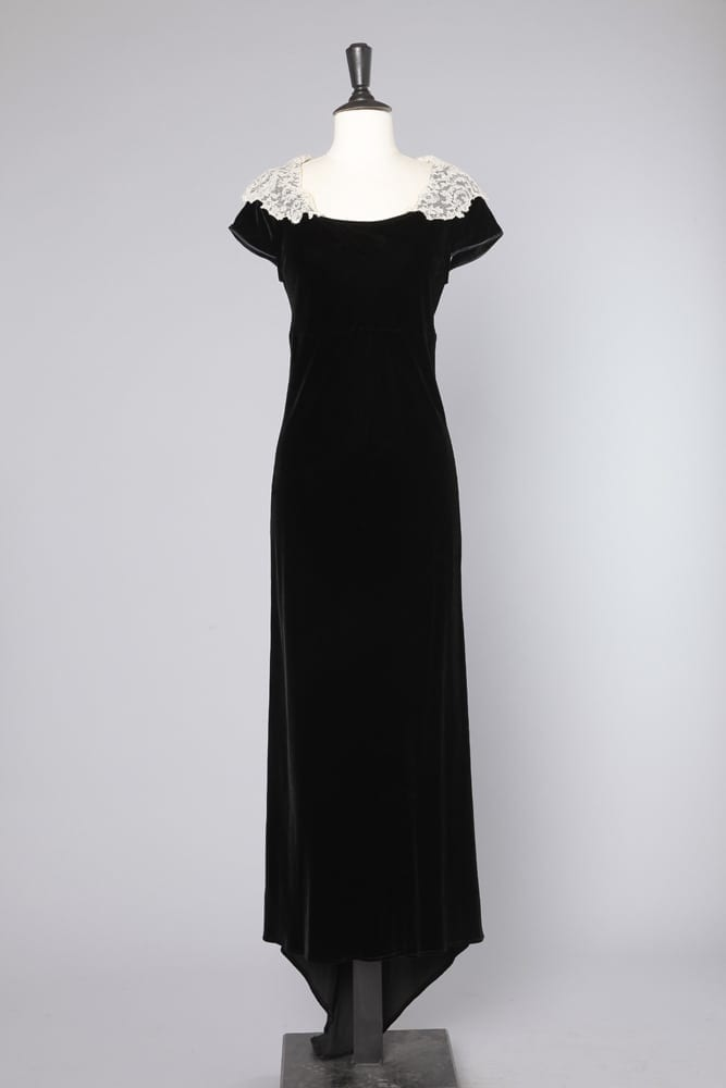aacbf045f26 Robe longue en velours de soie noir à traîne et col en dentelle ...