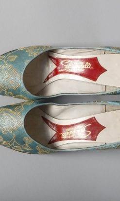 n2460_paire_de_chaussures_en_satin_bleu_lame_or_schiaparelli_pic002