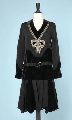 n5877_robe_1925_crepe_noir_velours_broderie_noeud_devant_taille_38_pic001