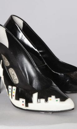 n2548_chaussures_bicolore_noires_blanches_buildings_pic001
