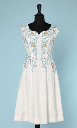 n6030_robe_1960_lin_blanc_brode_fleurs_perles_blanches_pic001