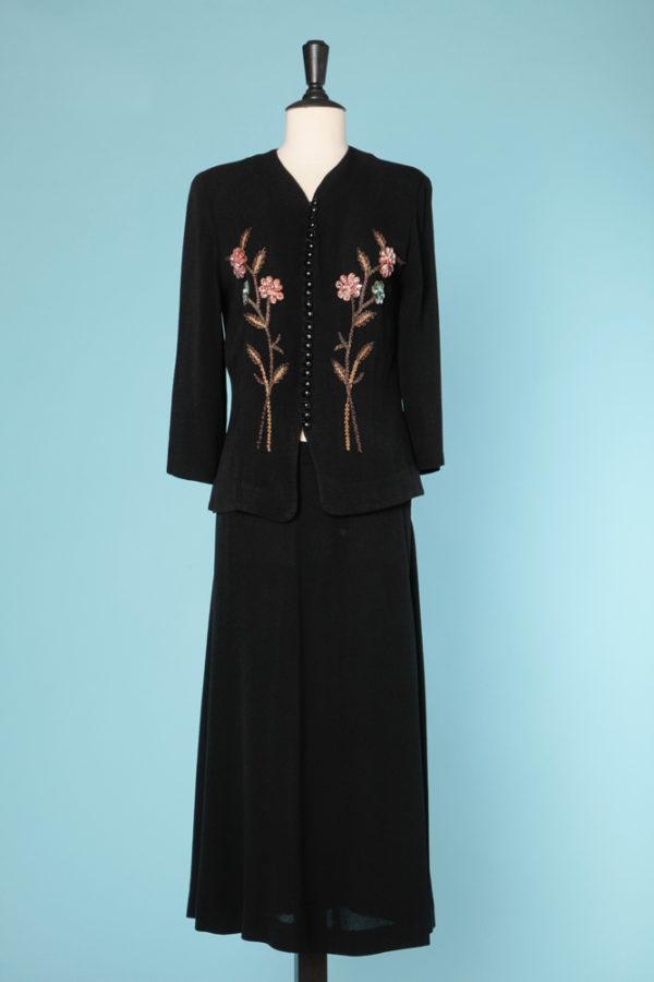 Brodé Tailleur en crêpe noir 1940 brodé de fleurs sur tige en paillettes  Brodé, Femme, Tailleurs jupe 650.00 € 8ef2522702e9