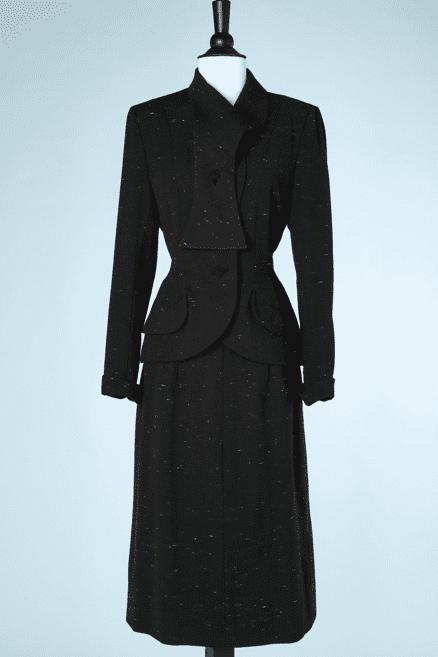 na6751-Tailleur-1940-en-lainage-noir-chiné-blanc-patte-sous-col-Schiaparelli-t36.-01