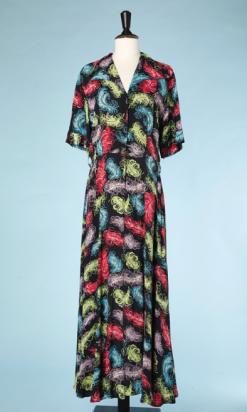 nA4936-Robe-longue-1940-en-rayonne-noire-imprimée-de-plumes-roses-mauve-bleues-vertes-t42-01