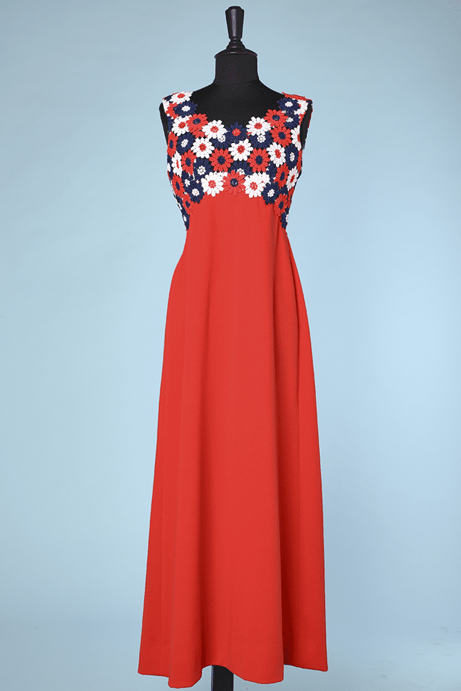 Robe Longue 1970 En Crepe Rouge Et Guipures De Marguerites Chez Sarah