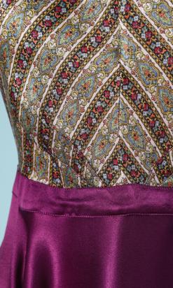 nA3910-Robe-de-plage-1930-en-satin-violet-et-imprimé-multicolore-t36-001.png