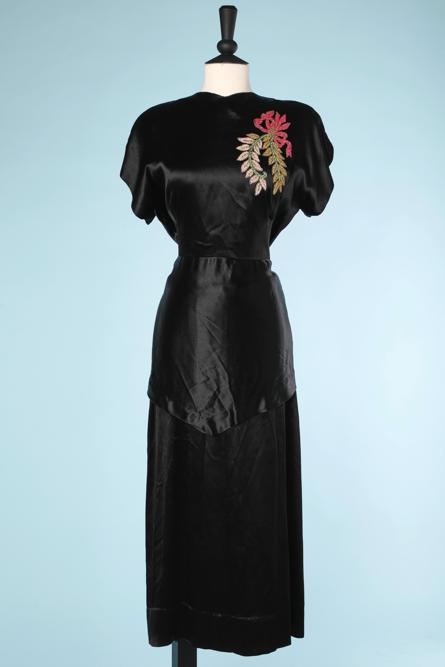 nA3922-Robe-1940-en-satin-noir-brodée-dun-grand-motif-en-perles-rouge-beige-rose-sur-épaule-t38-001.png