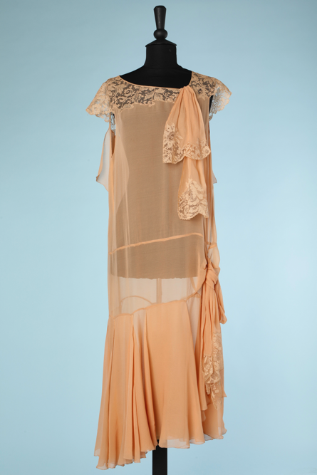 nA3929-Robe-1925-en-mousseline-de-soie-nude-et-dentelle-encolure-t42-001.png