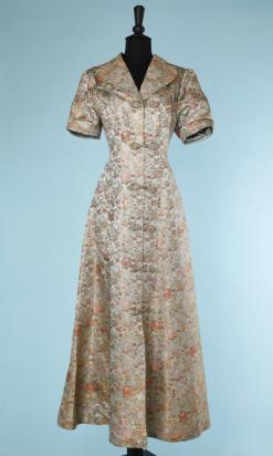 nA3998-Manteau-du-soir-1940-en-satin-gris-jacquard-chinoisant-rose-rouge-or-t38-001.png