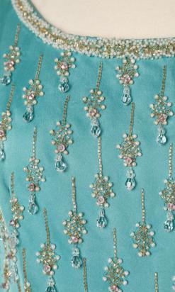 nA4021_Robe-longue-1960-en-soie-bleue-brodée-de-perles-or-et-blanches-et-strass-t36-001.png
