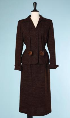 nA4100-tailleur-1940-en-lainage-marron-chiné-avec-pompons-en-fourrure-t36-38-001.png