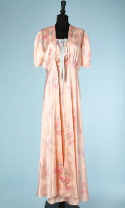 nA4236-ensemble-chemise-de-nuit-et-déshabillé-en-satin-rose-imprimé-de-fleurs-t38-001.png
