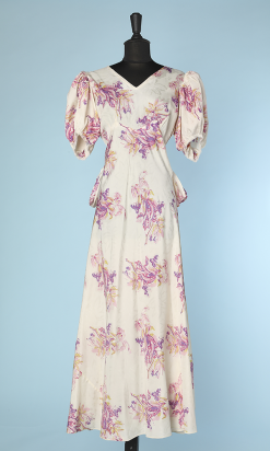na2832_robe_1930_1940_faille_blanche_imprimee_bouquets_roses_mauves_jaunes_large_noeud_dos_t38_001.png