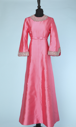 na3699_robe_longue_1960_soie_rose_brodee_perles_paillettes_col_bas_manches_40_001.png