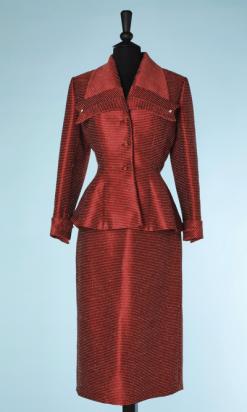 na4484-Tailleur-1940-en-laine-et-soie-rouge-à-rayures-écrues-Lilli-ann-t34-01.png