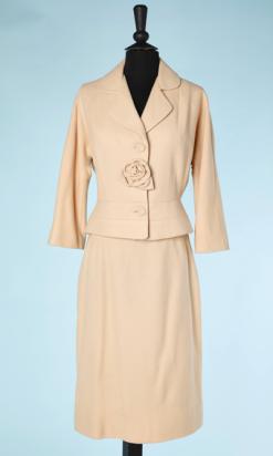 na4463-Tailleur-1950-60-en-lainage-blanc-cassé-avec-fleur-en-relief-t36-01.png