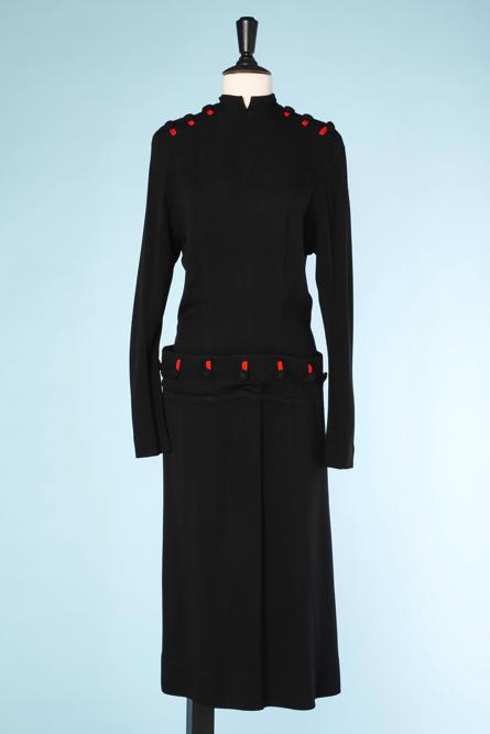 na4502-Robe-1940-en-crêpe-noir-noir-boutonnières-rouges-t40-01.png
