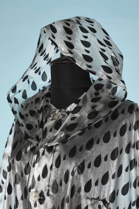 na4514-Cape-à-capuche-de-pluie-1960-en-plastique-blanc-avec-gouttes-de-pluies-imprimées-noires-01.png