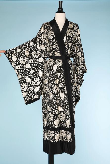 na4519-Kimono-1930-40-en-crêpe-noir-brodée-fleurs-et-feuillages-blancs-parements-en-soie-noire-t40-02.png