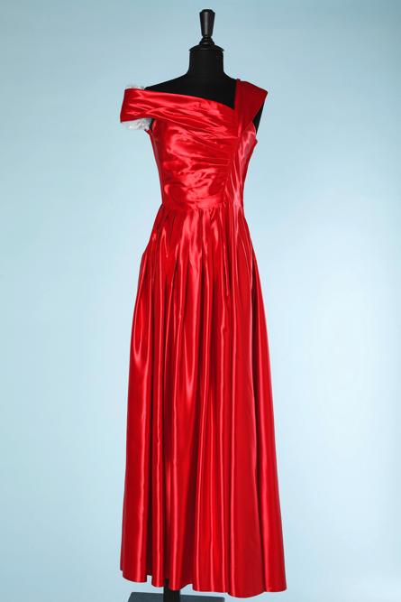 na4540-Robe-du-soir-1950-en-satin-de-soie-rouge-encolure-asymétrique-t34-36-01.png