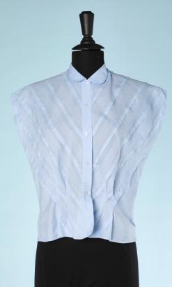 na4592-Chemisier-1940-en-coton-bleu-ciel-plis-obliques-t40.-01.png