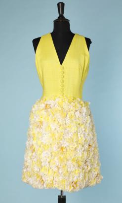 nA4640-Robe-1960-en-lin-jaune-cousue-de-marguerites-en-relief-t38-40-01