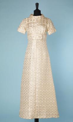 nA4642-Robe-longue-du-soir-1970-en-satin-blanc-brocard-or-taille-large-sous-poitrine-boutonnée-t38-01