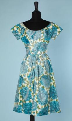 nA4647-Robe-1950-en-soie-chiné-à-la-branche-grosses-fleurs-bleues-feuillages-vert-t-34-01