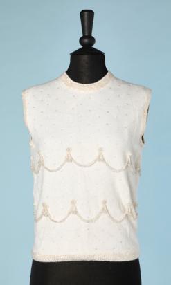 nA4666-pull-sans-manches-1960-en-tricot-blanc-cousu-de-pailletes-et-perles-transparentes-t38-40-01