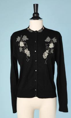 nA4690-gilet-en-tricot-noir-1950-brodé-de-grappes-de-raisin-en-perles-t40-01