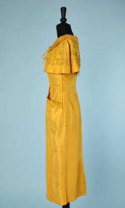 nA4736-Ensemble-Robe-et-petite-cape-en-soie-jaune-safran-brodé-de-feuillages-en-perles-jaunes-et-or-t34-02