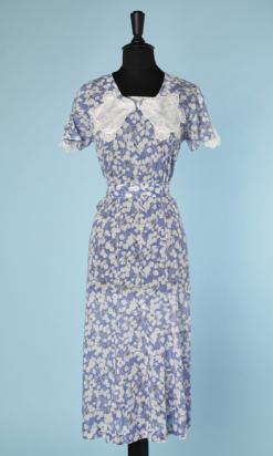 nA4741-Robe-de-jour-1930-en-voile-de-coton-bleu-imprimé-de-fleurs-blanches-et-grises-jabot-t40-42-01