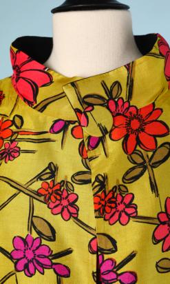 nA4801-Robe-et-Manteau-1960-en-soie-vert-anis-imprimé-de-fleurs-roses-mauve-rouge-t-36-01