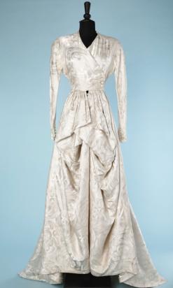 nA4813-Robe-de-mariée-1940-en-satin-blanc-broché-de-volutes-argentées-t32-34-01