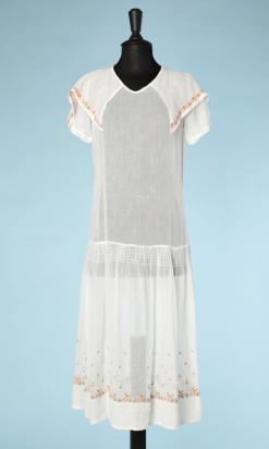 nA4918-Robe-1920-en-voile-de-coton-blanc-brodée-au-point-de-croix-de-fleurettes-t40-01