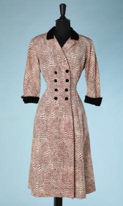 nA4922-Manteau-1940-50-en-reps-écru-imprimé-animal-marron-et-noir-col-et-poignets-en-velours-noir-t38-40-01