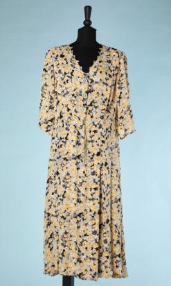 nA4934-Robe-1930-en-soie-grise-imprimé-de-fleurs-grises-crême-et-jaune-et-noires-t44-01