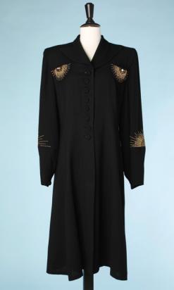 nA4961-Manteau-1940-du-soir-en-crêpe-noir-incrusté-de-strass-or-et-couleurs-en-soleil-t42-01
