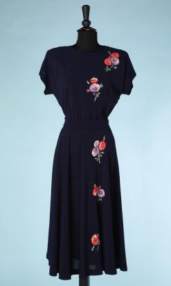nA4981-Robe-1940-en-crêpe-marine-applications-de-fleurs-en-tissu-rouge-et-violette-t40-01