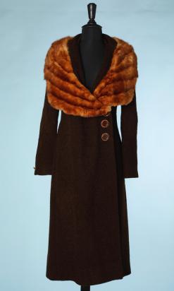 nA5020-Manteau-de-femme-1930-en-lainage-marron-avec-large-col-en-fourrure-t36-01