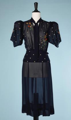 nA5228-Robe-1940-en-mousseline-marine-brodée-de-pois-écrus-et-bouquets-de-fleurs-t38-01