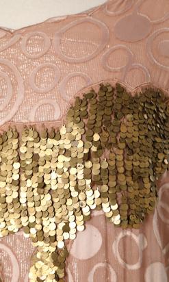 nA5269-800E-Robe-vintage-en-mousseline-rose-poudré-avec-cercles-et-broderies-de-paillettes-en-métal-doré-t40-42-02