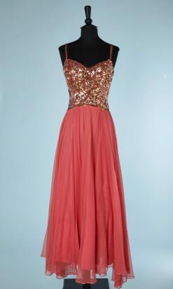 nA5332-Robe-longue-1950-en-nylon-corail-brodée-sur-le-buste-de-paillettes-or-t34-36-01
