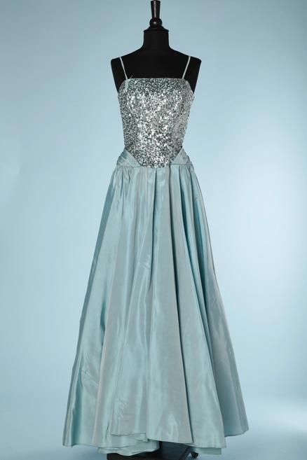 nA5334-Robe-du-soir-1950-en-taffetas-bleu-haut-brodé-de-paillettes-argent-bleuté-large-noeud-fesses-Will-Steinman-t36-01